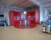 Koffiehoek in het profitcenter van Verfgroothandel Ter Hoeven, in één kleur en in simpele vormen uitgevoerd, een echte blikvanger.