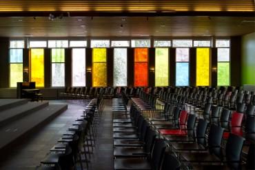 Gereformeerde kerk De Voorhof Westerbork: Het creëren van een nieuwe uitstraling door middel van een kleurrijk, multifunctioneel en toegankelijk interieur.