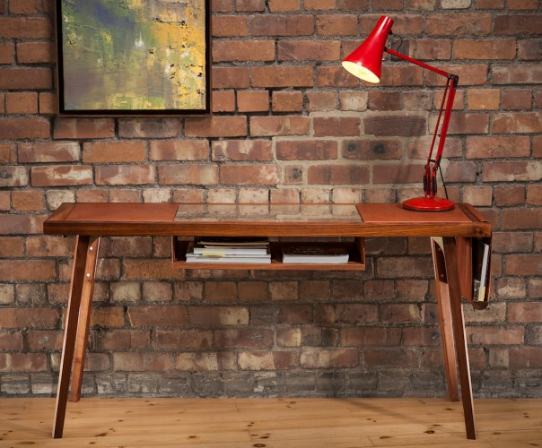 Integra is een werkelijk uniek en prachtig retro bureau, ontworpen door Raskl. Perfecte mix van hardhout, leer en glas met strakke en eenvoudige vormgeving.
