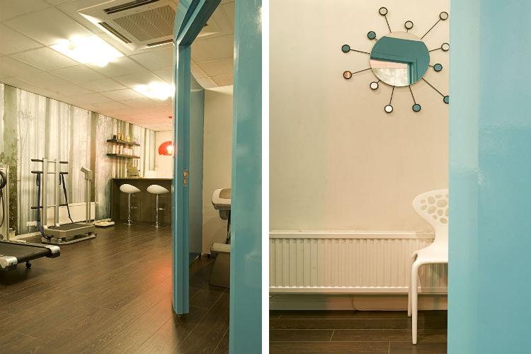 De rustige tinten van het fotobehang sluiten naadloos aan bij de vloer - De ronde meubels geven de ruimte een sympthieke uitstraling