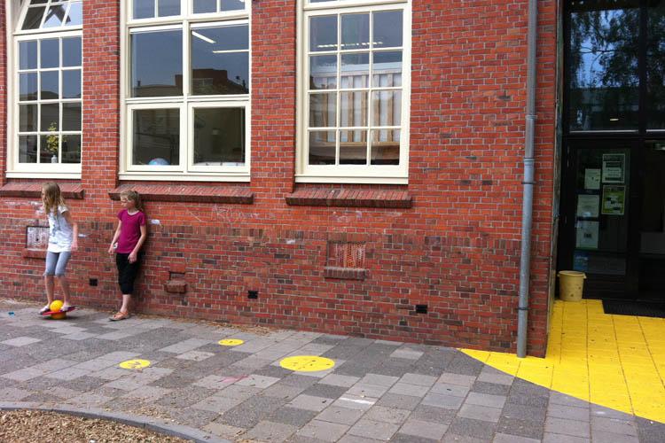 Bewegwijzering op schoolplein van Borgmanschool Groningen