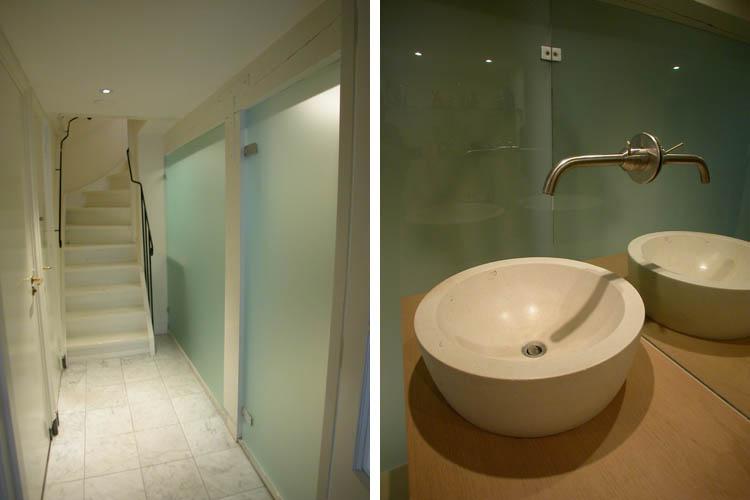 Lichtdoorschijnende glazen badkamerwand en waskom met kraan Grachtenpand Amsterdam