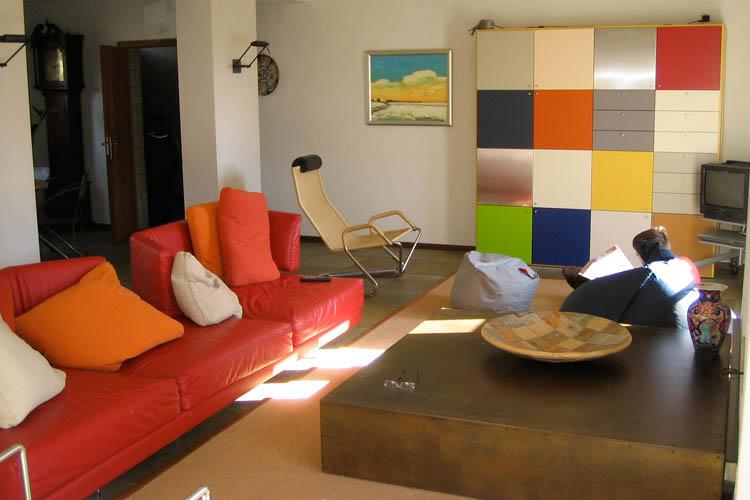 Kleurrijke woonkamer met maatwerk salontafel Molenhoek