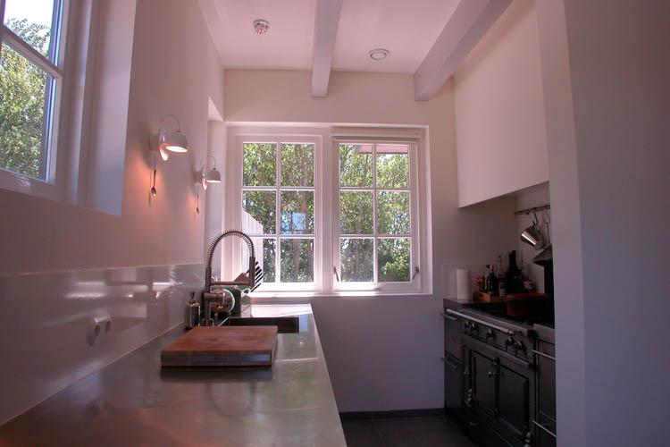 Tijdloze roestvrijstalen keuken vakantiehuis Terschelling