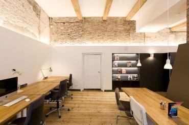 In het interieur is een contrast tussen strak en modern en authentieke elementen