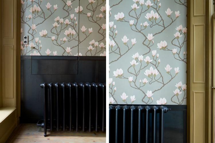 Gekozen is voor een metallic behang met magnolias en een warmgewalst stalen lambirsering
