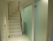Matglazen badkamerwand als scheiding met gang in het souterrain