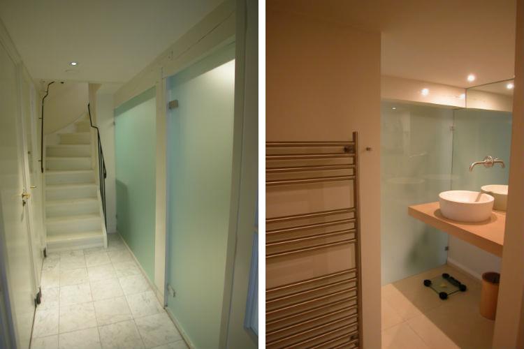 Matglazen badkamerwand als scheiding met gang in het souterrain - Zeer efficiente en compacte badkamer in natuurlijke materialen