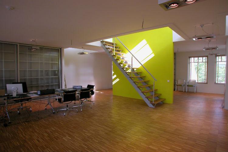 Royale kantoorloft met trapwand in accentkleur