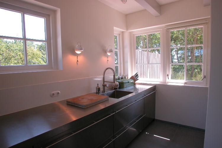 Een stoer rvs keukenblok met accentverlichting