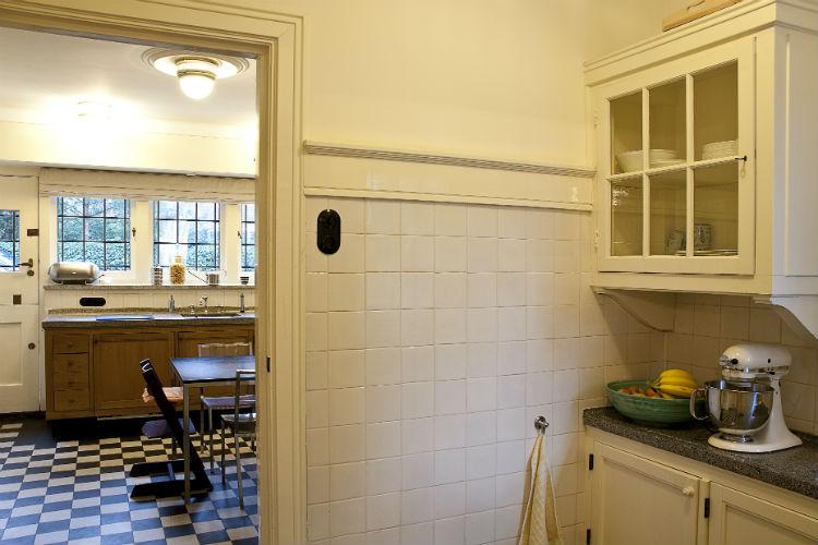 Doorkijk van originele dienstmeidenkeukentje naar woonkeuken