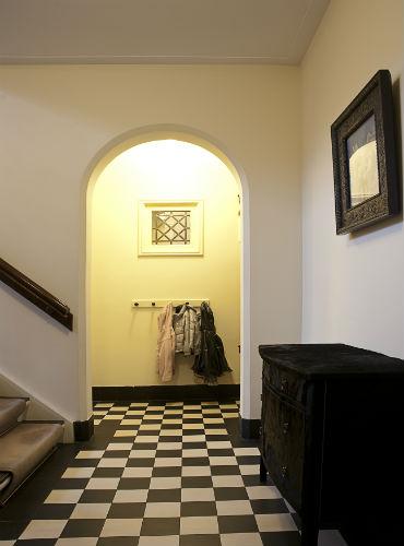 Doorgang met boog van de entreehal naar keuken