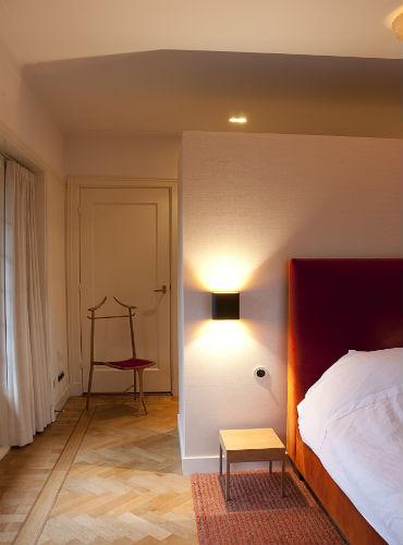 vla 08 Sfeervolle slaapkamer met aan achterzijde wand een maatwerk kledingkast.jpg