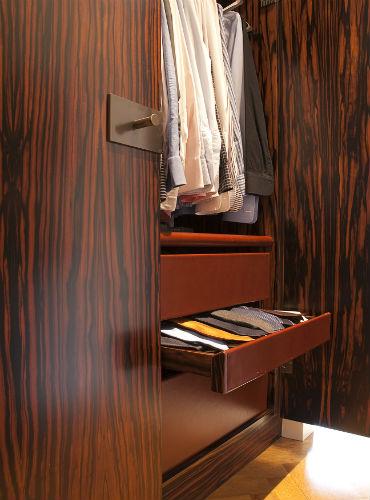 vla 10 Detail maatwerk kledingkast met laden van tuigleer. Ontwerp DenkRuim.jpg