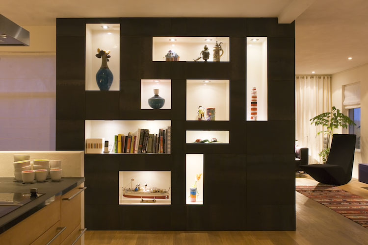 Woonboerderij Groningen. Door twee grote volumes te plaatsen in de overgang van de keuken naar de woonkamer kon het evenwicht worden hersteld.